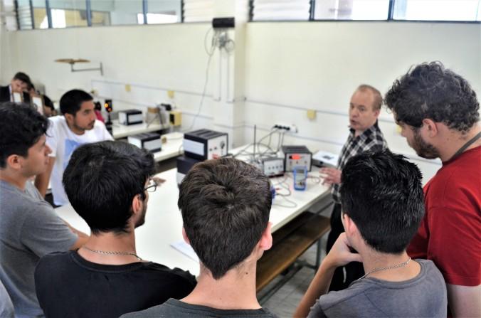 Foto 4. Presentación de equipos a alumnos de Física