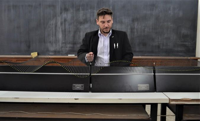 Foto 6. El profesor Damián Gulich presenta el equipo de demostración de ondas mecánicas. Este modelo permite discutir el comportamiento y propiedades básicas de muchos tipos de ondas